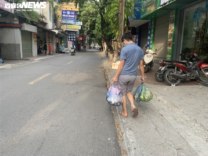 Hà Nội kéo dài giãn cách thêm 15 ngày, dân không còn đổ xô mua đồ tích trữ - 14