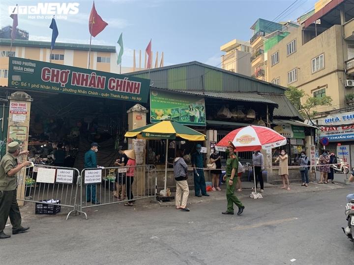 Hà Nội kéo dài giãn cách thêm 15 ngày, dân không còn đổ xô mua đồ tích trữ - 11