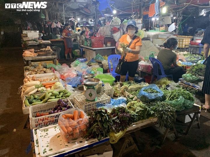 Hà Nội kéo dài giãn cách thêm 15 ngày, dân không còn đổ xô mua đồ tích trữ - 12