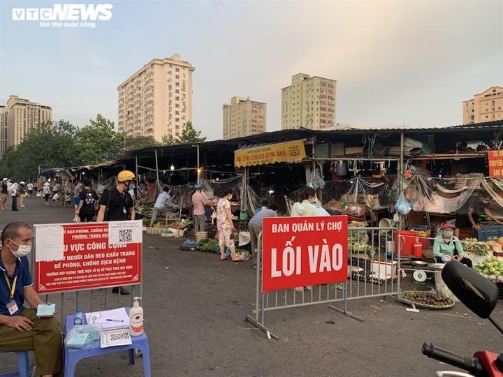 Hà Nội kéo dài giãn cách thêm 15 ngày, dân không còn đổ xô mua đồ tích trữ - 17