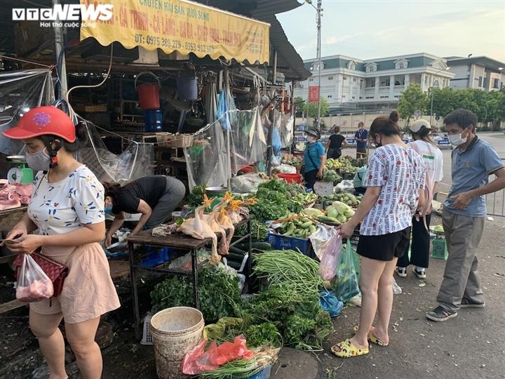 Hà Nội kéo dài giãn cách thêm 15 ngày, dân không còn đổ xô mua đồ tích trữ - 18