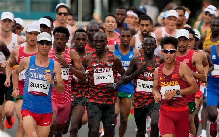 Olympic Tokyo: 'Vua tốc độ' Kipchoge thắng áp đảo ở đường chạy marathon  - 1
