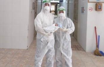 3 nhân viên y tế ngất xỉu sau khi giúp sản phụ mắc COVID-19 'vượt cạn'