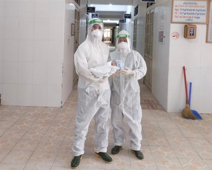 3 nhân viên y tế ngất xỉu sau khi giúp sản phụ mắc COVID-19 'vượt cạn' - 2