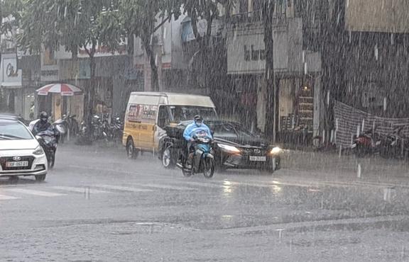 Thời tiết ngày 9/8: Bắc Bộ mưa dông, Trung Bộ nắng gắt