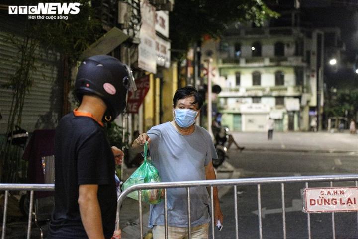 Cận cảnh 'nội bất xuất, ngoại bất nhập' ở phường Văn Miếu, Hà Nội - 4