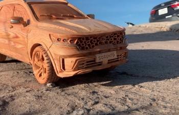 Ngắm mô hình Kia Sorento 2021 bằng gỗ của thợ Việt trên báo ngoại