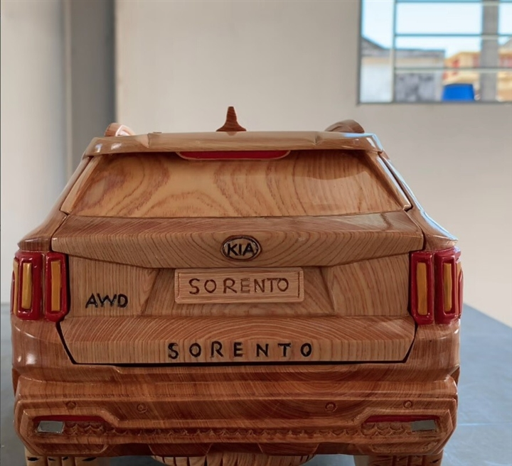 Ngắm mô hình Kia Sorento 2021 bằng gỗ của thợ Việt trên báo ngoại - 2