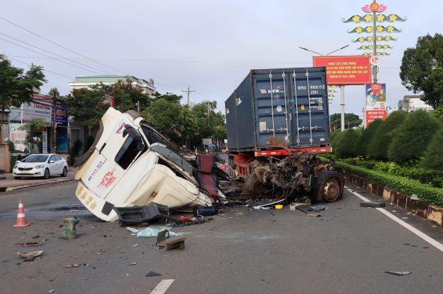 3 người thương vong sau vụ TNGT giữa xe đầu kéo và xe bơm bê tông  -1