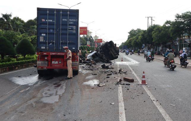3 người thương vong sau vụ TNGT giữa xe đầu kéo và xe bơm bê tông  -0