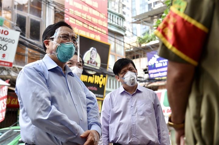 Thủ tướng kiểm tra đột xuất ổ dịch COVID-19 đang 'nóng' nhất Hà Nội - 1