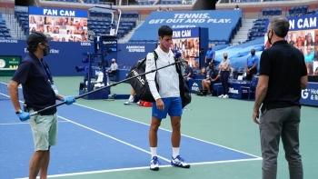 Djokovic đánh bóng vào mặt trọng tài: Cú vấp ngã của một người bình thường