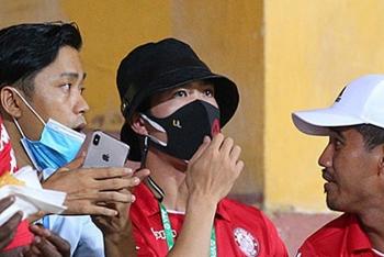 Công Phượng buồn thiu nhìn đội nhà thua thảm trên sân Hàng Đẫy