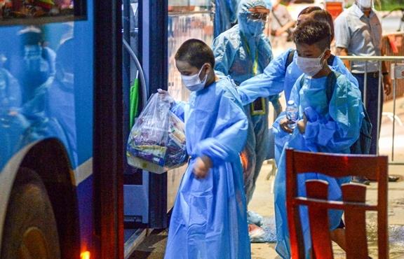 Ảnh: Hà Nội di dời khẩn cấp người dân ra khỏi ổ dịch Thanh Xuân Trung