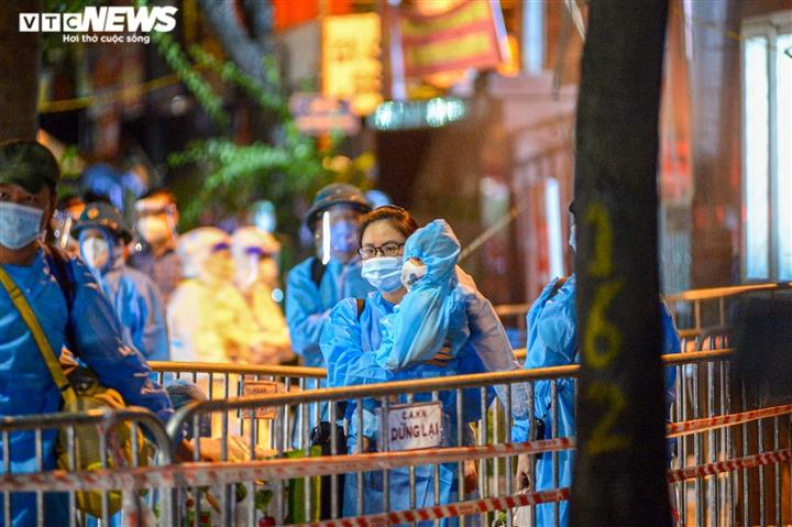 Ảnh: Hà Nội di dời khẩn cấp người dân ra khỏi ổ dịch Thanh Xuân Trung - 9