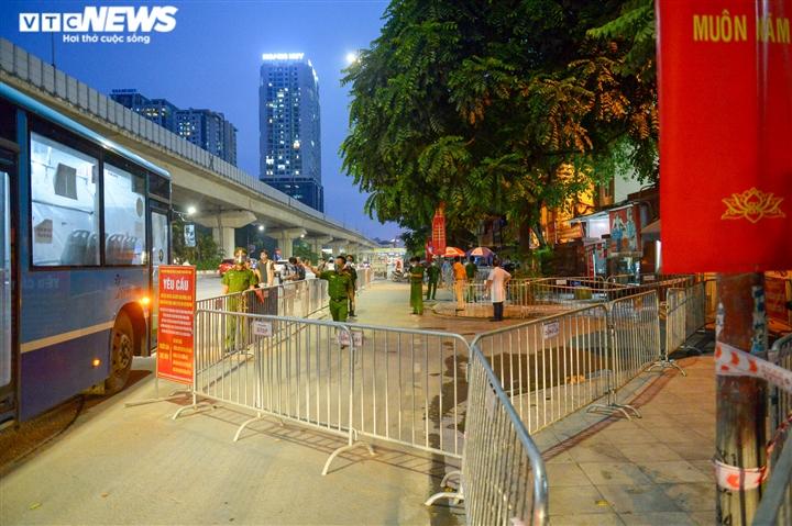 Ảnh: Hà Nội di dời khẩn cấp người dân ra khỏi ổ dịch Thanh Xuân Trung - 1