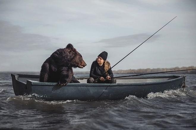 Hot girl lái xe chở thú cưng gấu khổng lồ dạo phố - 3