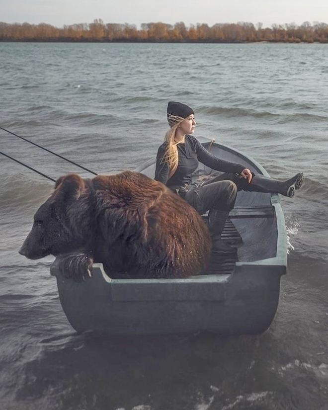 Hot girl lái xe chở thú cưng gấu khổng lồ dạo phố - 4