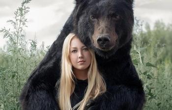 Hot girl lái xe chở thú cưng gấu khổng lồ dạo phố
