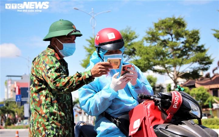 Ngày đầu Đà Nẵng nới phong tỏa: Gia hạn giấy đi đường, chợ và tạp hóa mở cửa - 3