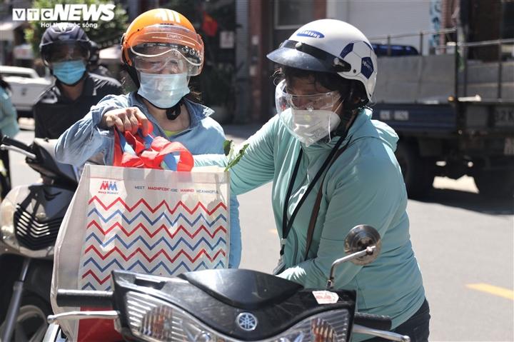 Ngày đầu Đà Nẵng nới phong tỏa: Gia hạn giấy đi đường, chợ và tạp hóa mở cửa - 8