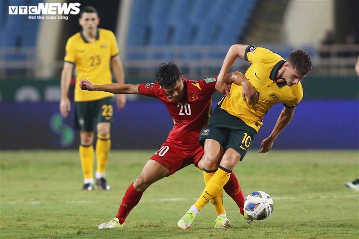 Văn Toàn dùng độc chiêu trị hậu vệ cao gần 2m, thủ môn Ngoại hạng Anh hú vía - 8