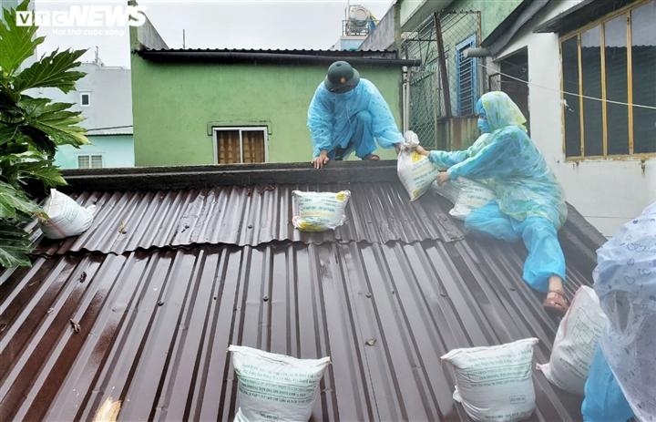 Người dân Đà Nẵng chạy đua trong mưa trắng trời chống bão đang áp sát - 7
