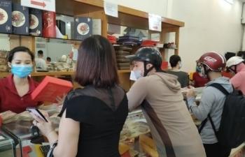 Ảnh: Người dân Hải Phòng rồng rắn xếp hàng mua bánh Trung thu truyền thống
