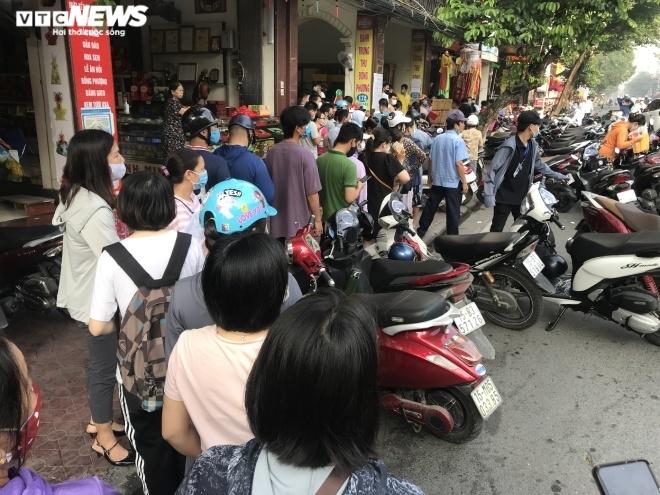 Ảnh: Người dân Hải Phòng rồng rắn xếp hàng mua bánh Trung thu truyền thống - 3
