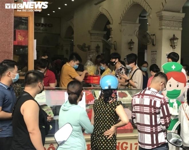 Ảnh: Người dân Hải Phòng rồng rắn xếp hàng mua bánh Trung thu truyền thống - 5