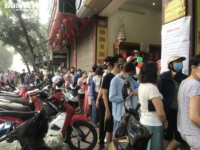 Ảnh: Người dân Hải Phòng rồng rắn xếp hàng mua bánh Trung thu truyền thống - 2