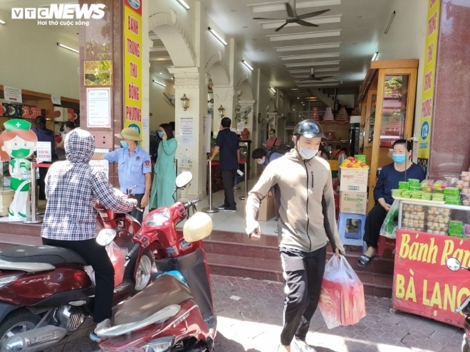 Ảnh: Người dân Hải Phòng rồng rắn xếp hàng mua bánh Trung thu truyền thống - 11