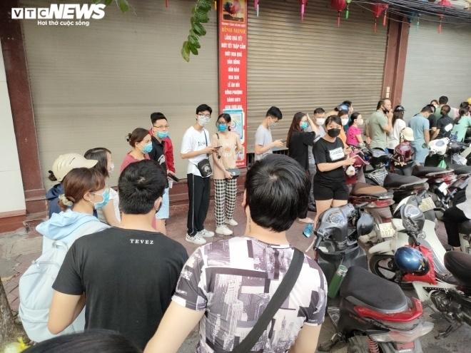 Ảnh: Người dân Hải Phòng rồng rắn xếp hàng mua bánh Trung thu truyền thống - 1