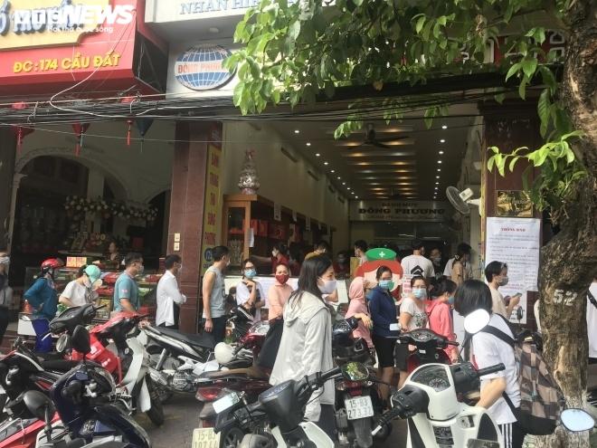 Ảnh: Người dân Hải Phòng rồng rắn xếp hàng mua bánh Trung thu truyền thống - 9