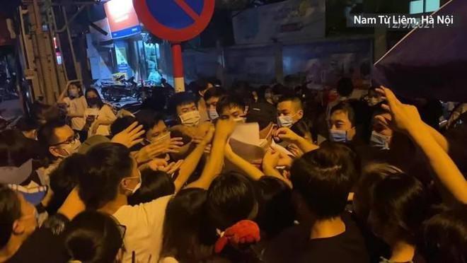 Hà Nội: Làm rõ trách nhiệm lãnh đạo phường để người dân chen lấn tiêm vaccine - 1