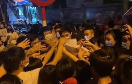Hà Nội: Làm rõ trách nhiệm lãnh đạo phường để người dân chen lấn tiêm vaccine