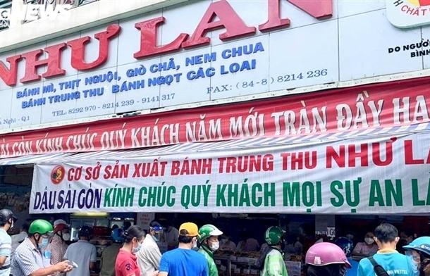 Ảnh: Nhiều người chen chúc mua bánh Trung thu ở TP.HCM