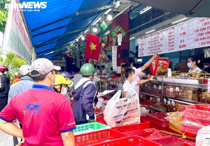 Ảnh: Nhiều người chen chúc mua bánh Trung thu ở TP.HCM - 5