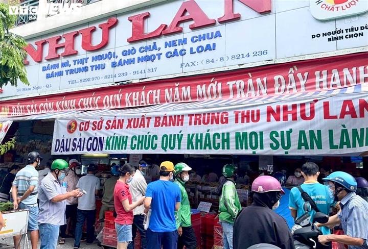 Ảnh: Nhiều người chen chúc mua bánh Trung thu ở TP.HCM - 3