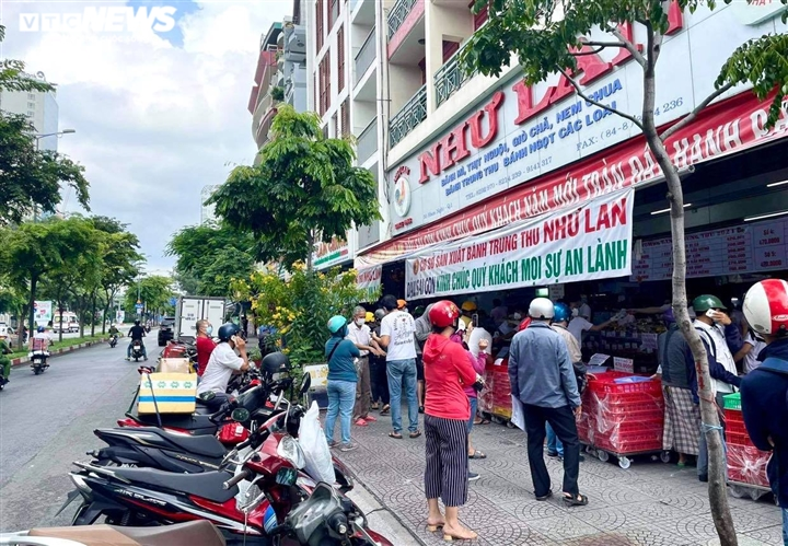 Ảnh: Nhiều người chen chúc mua bánh Trung thu ở TP.HCM - 2