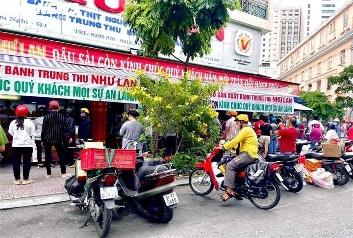 Ảnh: Nhiều người chen chúc mua bánh Trung thu ở TP.HCM - 9
