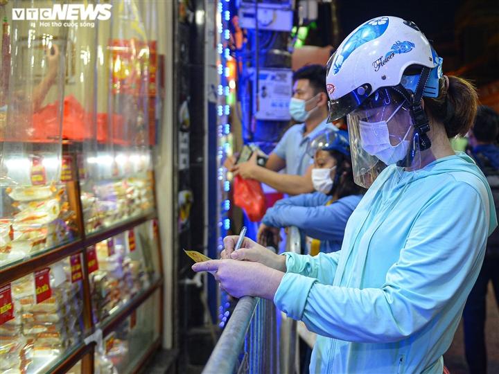 Hà Nội: Người dân xếp hàng cả giờ để được mua bánh trung thu - 4