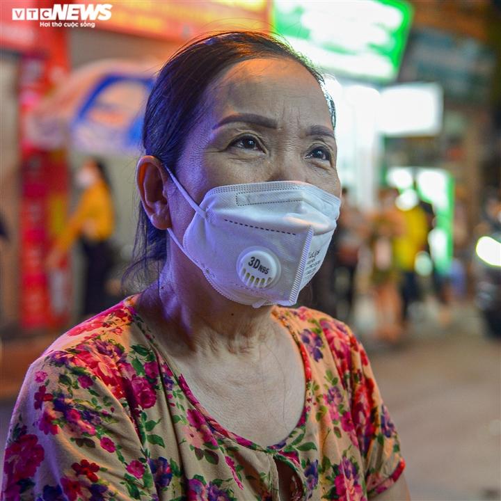 Hà Nội: Người dân xếp hàng cả giờ để được mua bánh trung thu - 9