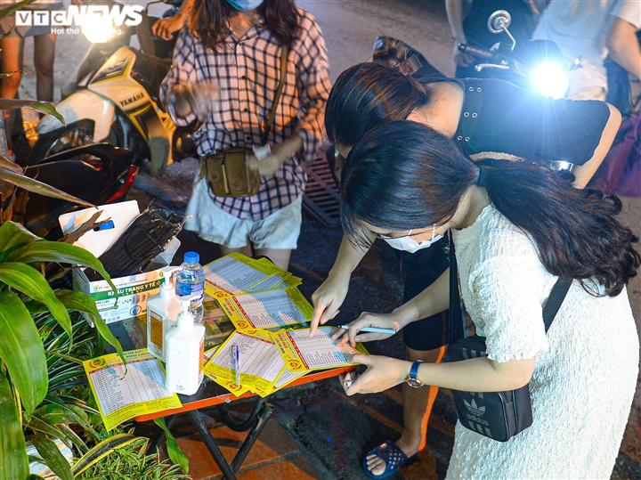 Hà Nội: Người dân xếp hàng cả giờ để được mua bánh trung thu - 5