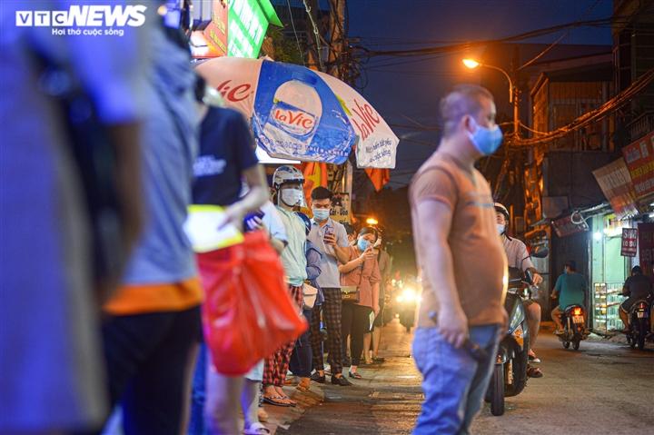 Hà Nội: Người dân xếp hàng cả giờ để được mua bánh trung thu - 2