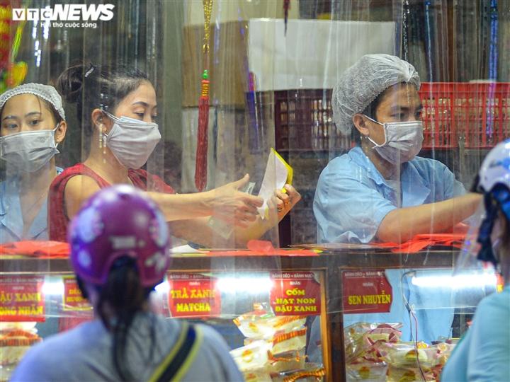 Hà Nội: Người dân xếp hàng cả giờ để được mua bánh trung thu - 7