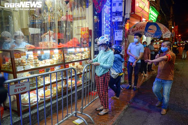 Hà Nội: Người dân xếp hàng cả giờ để được mua bánh trung thu - 11
