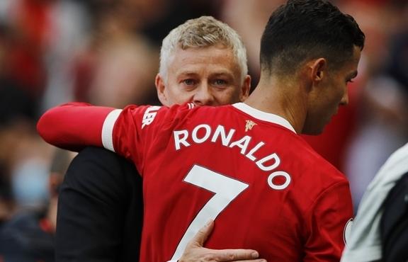Ronaldo tạo áp lực lên HLV Solskjaer, biến Man Utd thành đội bóng một người