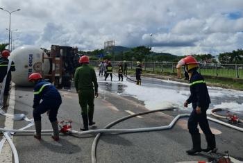 Giải cứu xe bồn chở gas bị lật tại cầu vượt Hòa Cầm