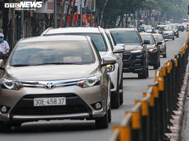 Ảnh: Ngày đầu nới lỏng, phố phường Hà Nội lại chật cứng xe cộ - 4